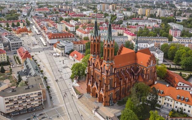 Vue aérienne de la basilique de l'assomption de la bienheureuse vierge marie à bialystok