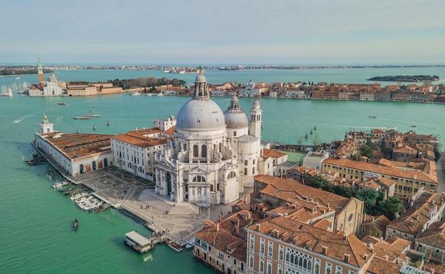 Vue aérienne de la basilique de santa maria della salute à venise