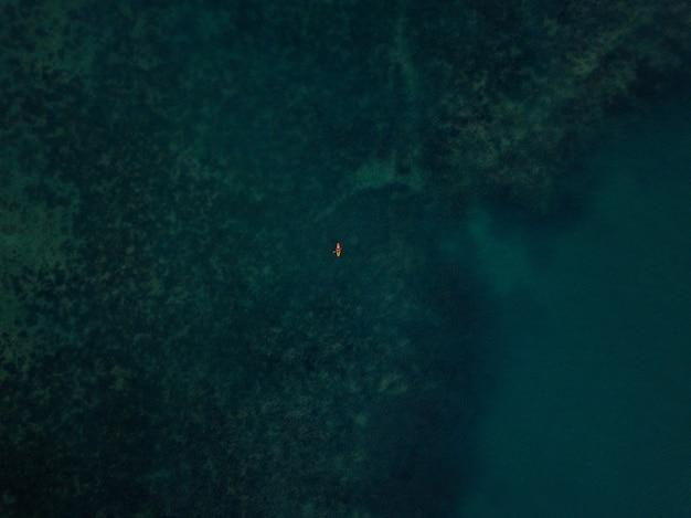 Vue aérienne // bateau sur la mer