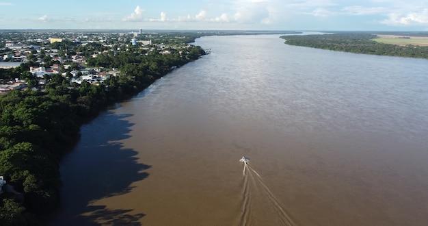Vue aérienne d'un bateau naviguant sur le rio branco à boa vista, roraima.