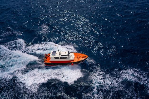 Vue aérienne de bateau de pilotes naviguant dans l'océan bleu