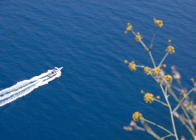 Vue aérienne d'un bateau