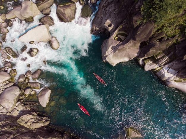 Vue aérienne de bateaux dans la rivière spiti près de kaza, inde