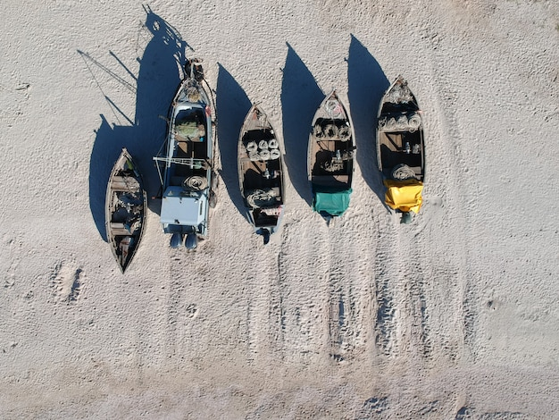 Vue aérienne de bateaux de pêcheurs traditionnels sur une plage de sable