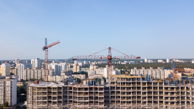 Vue aérienne sur le bâtiment avec des grues de construction