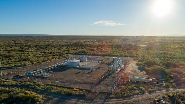Vue aérienne de la batterie de collecte d'huile au coucher du soleil