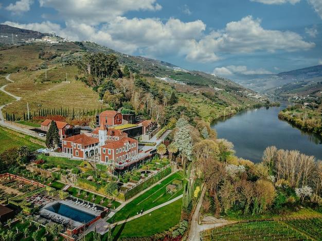 Vue aérienne d'un beau lac et d'une forêt avec une petite résidence au milieu