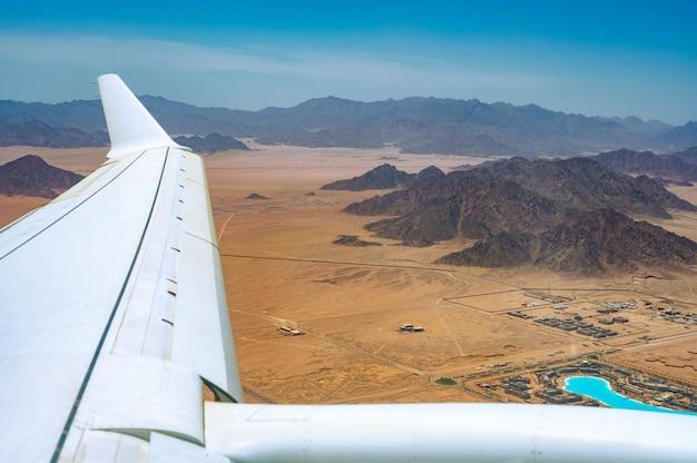 Vue aérienne de beau paysage désertique avec des montagnes. vue depuis l'avion. paysage de pics de montagnes dans le désert. montagnes dans le désert, vue aérienne. montagnes en egypte sur la péninsule du sinaï