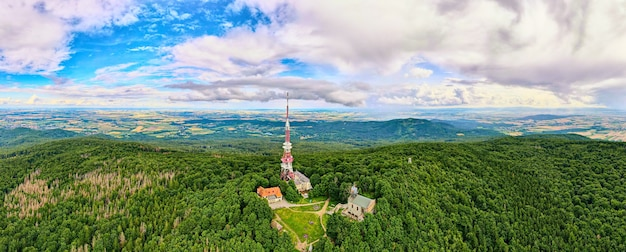 Vue aérienne de beaux paysages de montagnes avec forêt. montagne sleza près de wroclaw en pologne