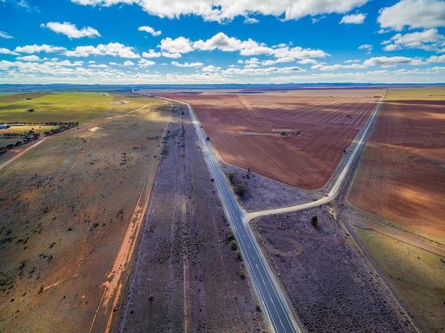 Vue aérienne de la belle campagne du sud de l'australie - champs labourés et pâturages