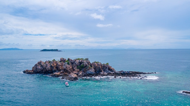 Vue aérienne de la belle île dans l'océan, sattahip thailand.