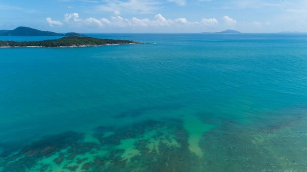 Vue aérienne de la belle île en journée ensoleillée de saison d'été de la mer tropicale, environnement nature et concept de fond de voyage.