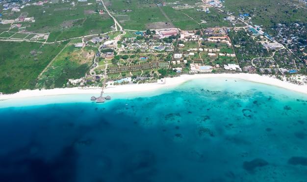 Vue aérienne de la belle île tropicale de zanzibar. mer dans la plage de zanzibar, tanzanie.