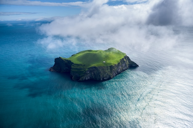 Vue aérienne de la belle petite île en islande