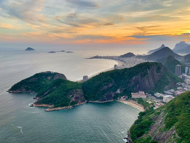Vue aérienne de la belle plage de copacabana à rio de janeiro, brésil sous le ciel coucher de soleil