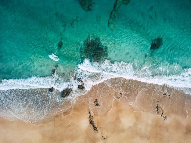 Vue aérienne de la belle plage tropicale et du paysage de l'océan bleu