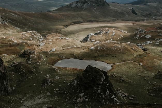 Vue aérienne de belles collines brunes pendant un temps brumeux