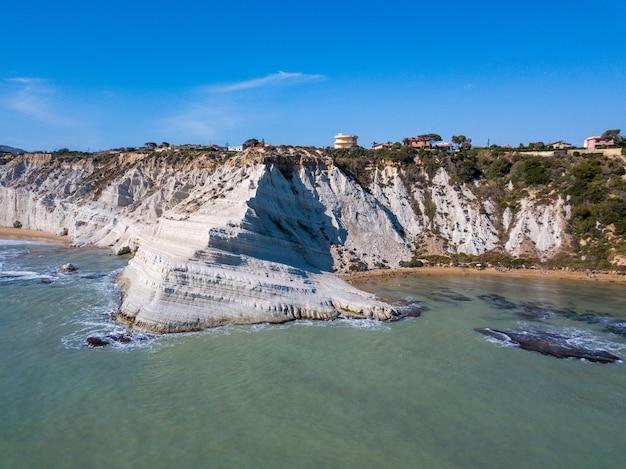 Vue aérienne des belles falaises blanches au bord de la mer en sicile, italie