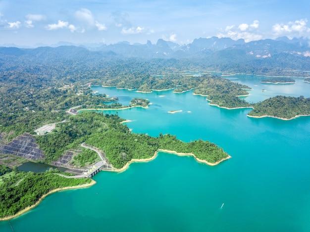 Vue aérienne de belles hautes montagnes et de la mer bleue, c'est un endroit spectaculaire à visiter.