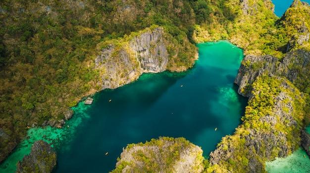 Vue aérienne de belles lagunes et falaises de calcaire d'el nido, palawan, philippines