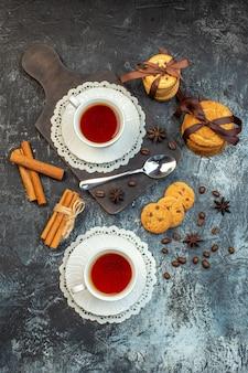 Vue aérienne de biscuits empilés limes cannelle sur planche à découper en bois sur fond de glace