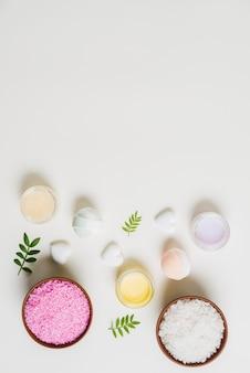Une vue aérienne de la bombe de bain; crème et sel sur fond blanc