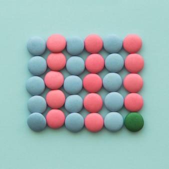 Vue aérienne d'un bonbon vert avec des bonbons roses et bleus