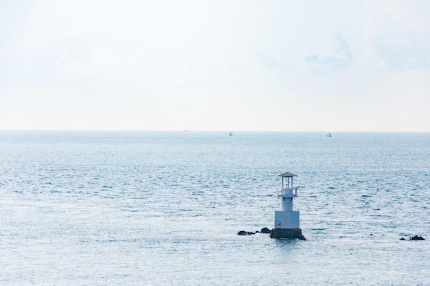 Vue aérienne de bouy flottant en pleine mer sur le golfe de thaïlande