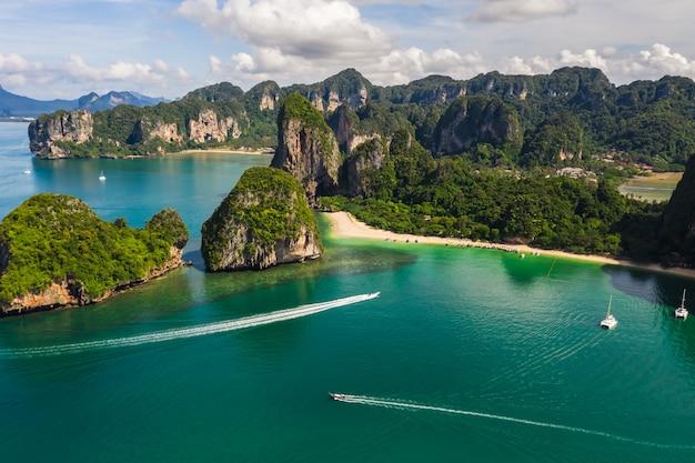 Vue aérienne de calcaire et bateau à passagers à rairay et aonang beach