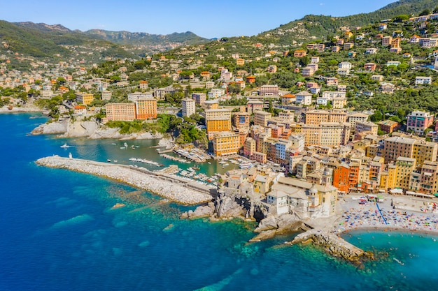 Vue aérienne de camogli. panorama du château della dragonara et de la basilique santa maria assunta. bâtiments colorés près de la plage de la mer ligure. bateaux et yachts amarrés dans la marina aux eaux bleues.