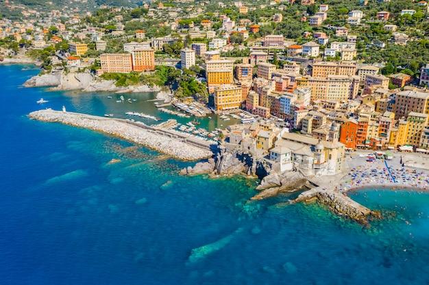 Vue aérienne de camogli. panorama du château della dragonara et de la basilique santa maria assunta. bâtiments colorés près de la plage de la mer ligure. bateaux et yachts amarrés dans la marina avec de l'eau verte.