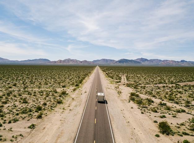 Vue aérienne d'un camping-car roulant sur une autoroute dans le désert des usa californie