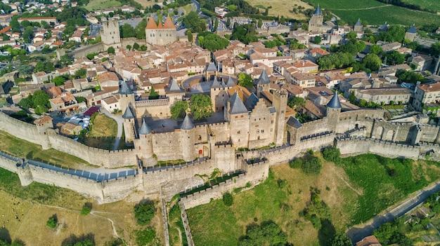 Vue aérienne de carcassonne cité médiévale et château forteresse d'en haut, sourthern france