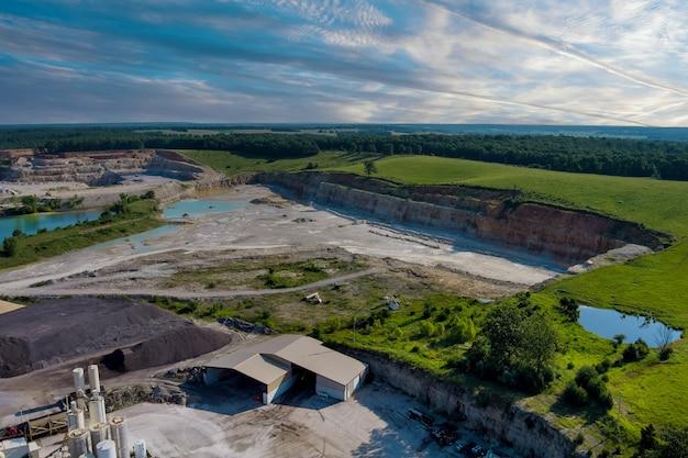 Vue aérienne de la carrière panoramique minière à ciel ouvert avec beaucoup au travail d'équipements de machines dans une carrière