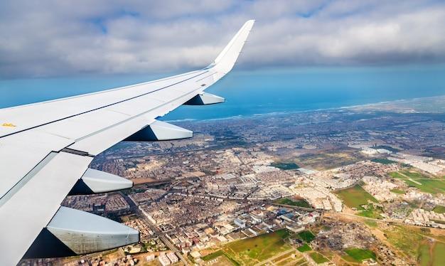 Vue aérienne de casablanca depuis un avion à l'atterrissage, maroc