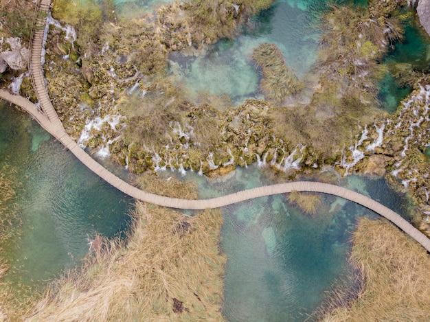 Vue aérienne de la cascade du parc national des lacs de plitvice