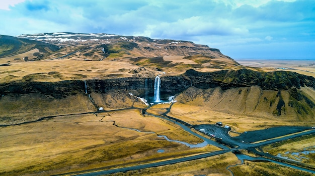 Vue aérienne de la cascade de seljalandsfoss, belle cascade en islande.