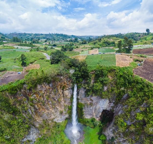 Vue aérienne de la cascade sipiso-piso à sumatra