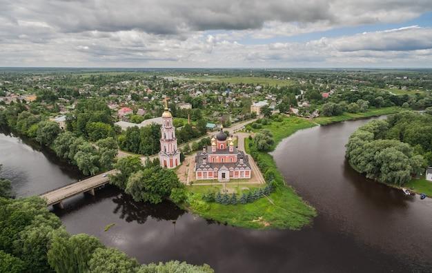 Vue aérienne de la cathédrale de la cathédrale de la sainte résurrection sur la rivière polist à staraya russa