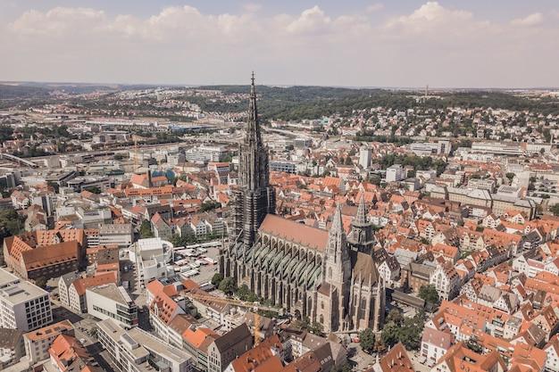 Vue aérienne de la cathédrale d'ulm pendant la journée