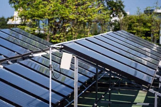 Vue aérienne des cellules solaires sur le toit