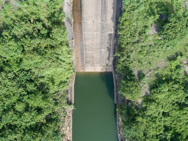 Vue aérienne d'une centrale hydroélectrique, barrage en béton topview en aval de la pente.