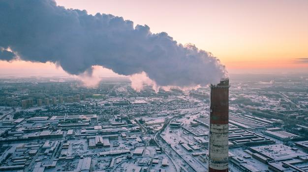 Vue aérienne d'une centrale de production combinée de chaleur et d'électricité dans une zone industrielle.