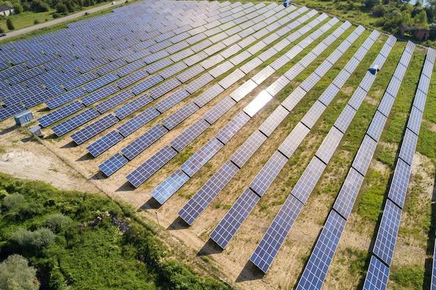 Vue aérienne de la centrale solaire sur champ vert. ferme électrique avec panneaux pour la production d'énergie écologique propre.