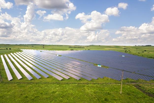 Vue aérienne de la centrale solaire sur champ vert. panneaux électriques pour produire de l'énergie écologique propre.