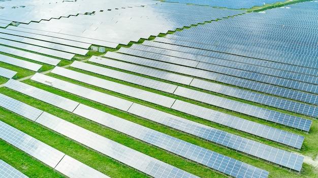 Vue aérienne de la centrale solaire dans le champ vert pour la production d'électricité à partir du soleil