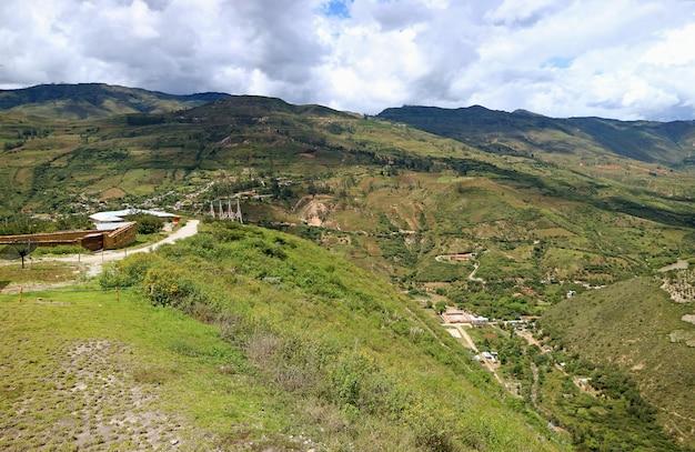 Vue aérienne des chaînes de montagnes de la région d'amazonas, vues de la gare de départ vers la forteresse de kuelap