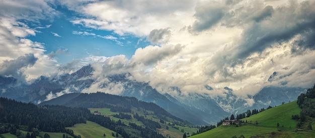 Vue aérienne des chaînes de montagnes