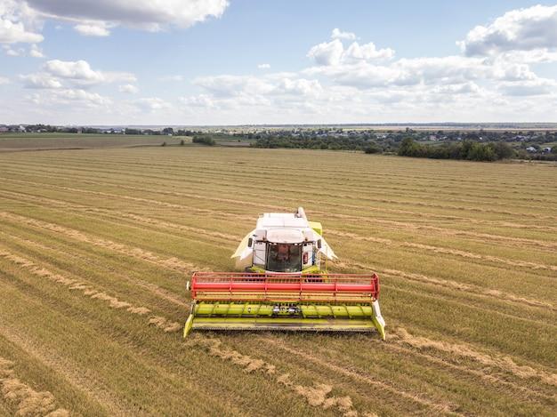 Vue aérienne d'un champ agricole avec une puissante moissonneuse-batteuse