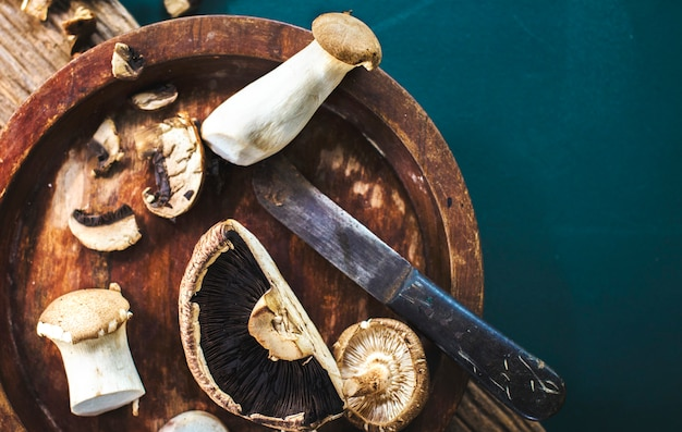 Vue aérienne de champignons eryngii et portobello frais